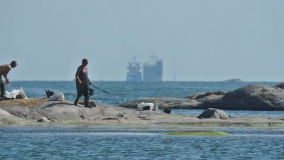 Grovsanering av olja. Fartyget Makassar Highway syns i bakgrunden.