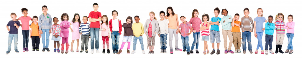 Många barn som står bredvid varandra
