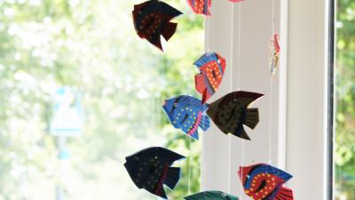 bild på kreation med hängande fiskar