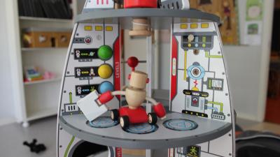 robotinspirerad barnleksak på flera plan