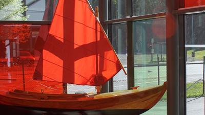 bild på segelbåt i trä vid skolentre