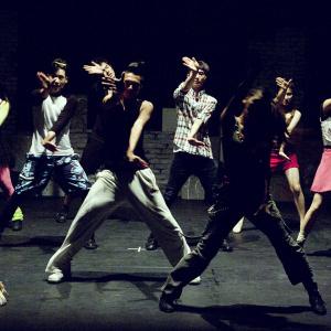 Ungdomar dansar i grupp