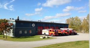 Brandbilar utanför brandstationen i Valdemarsvik