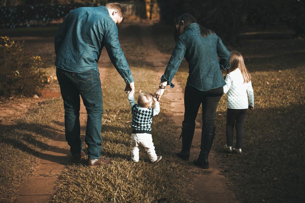 Barn och föräldrar går på väg