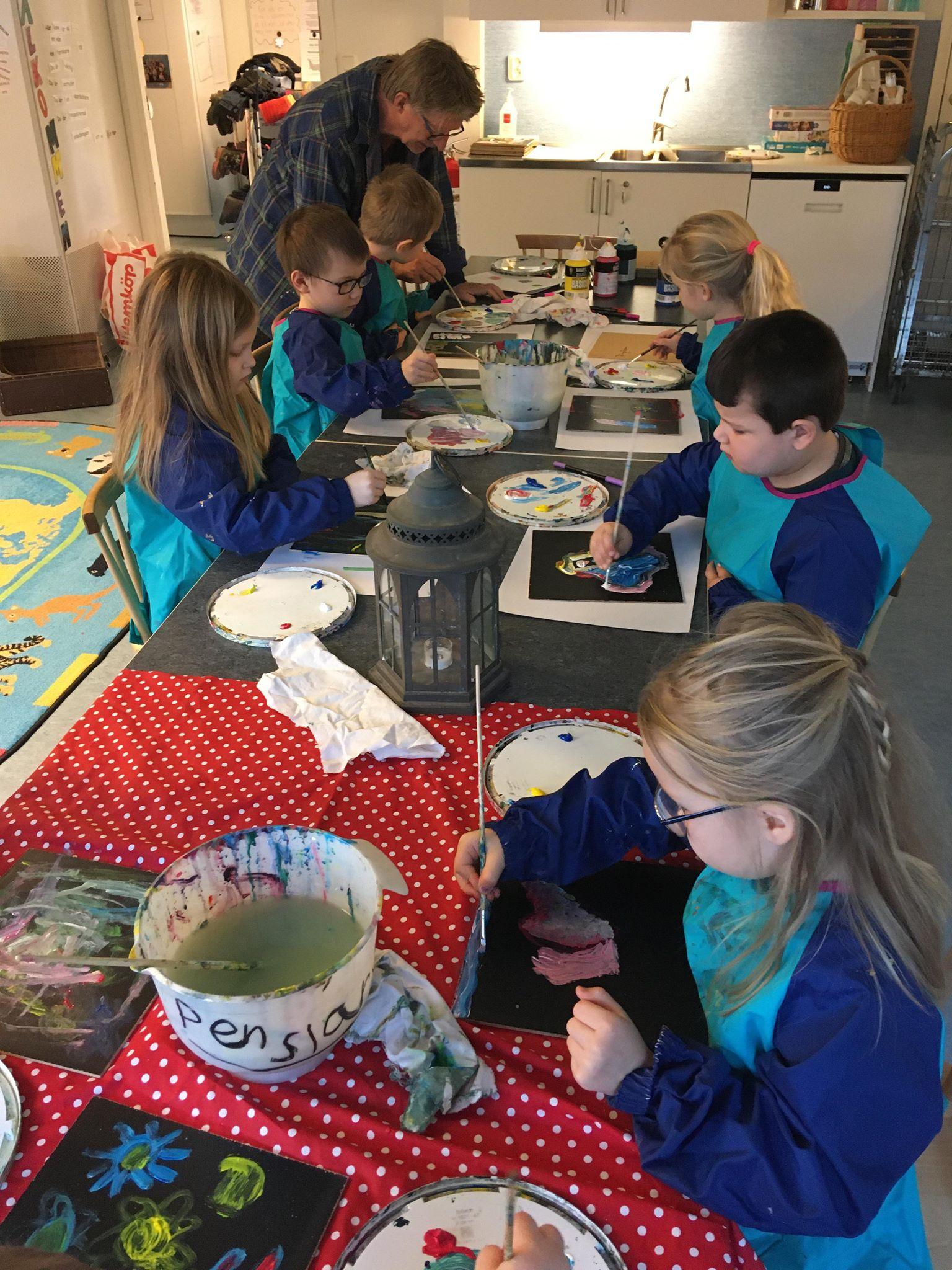 Konstnär Stellan Ekegren och några av de barn vars målningar visas i utställningen OBS! Superviktigt!