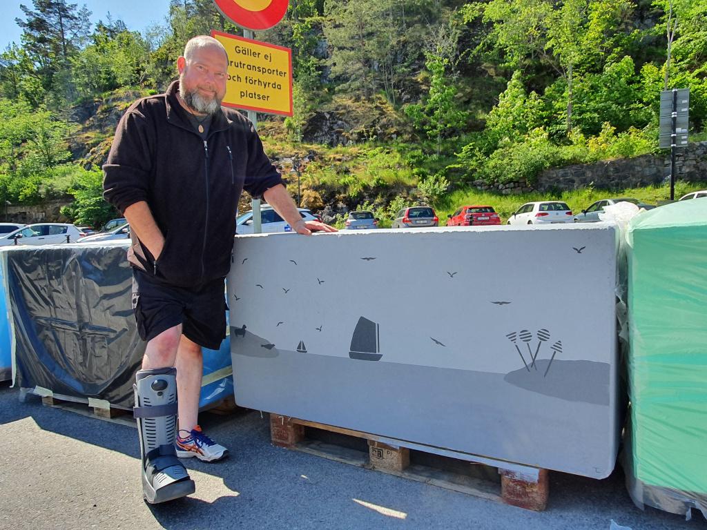 Tobias Löfgren har målat farthindren i det nya gångfartsområdet