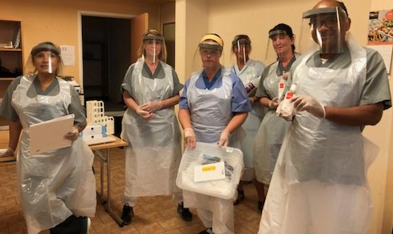 Hemtjänstpersonal i full mundering under rådande pandemi